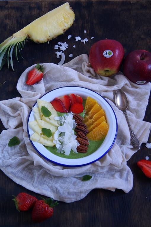 Jabłkowe smoothie bowl z truskawkami (1)
