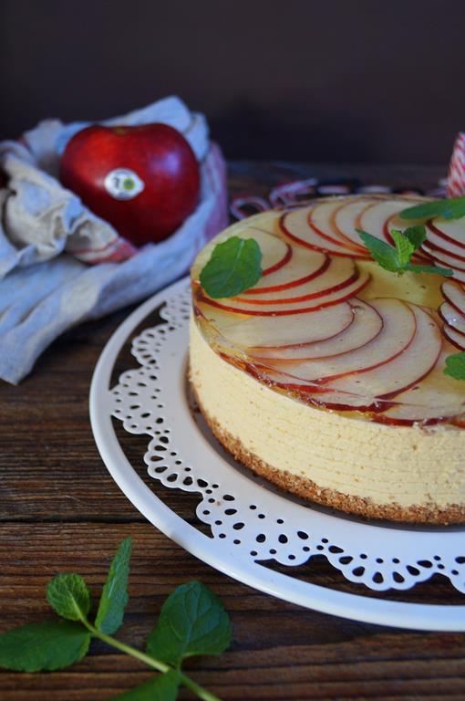 Sernik z karmelizowanymi jabłkami na zimno (1)